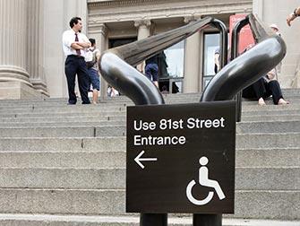 Facilités pour personnes handicapées à New York - Panneau The Met