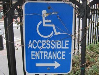 Facilités pour personnes handicapées à New York - panneau entrée